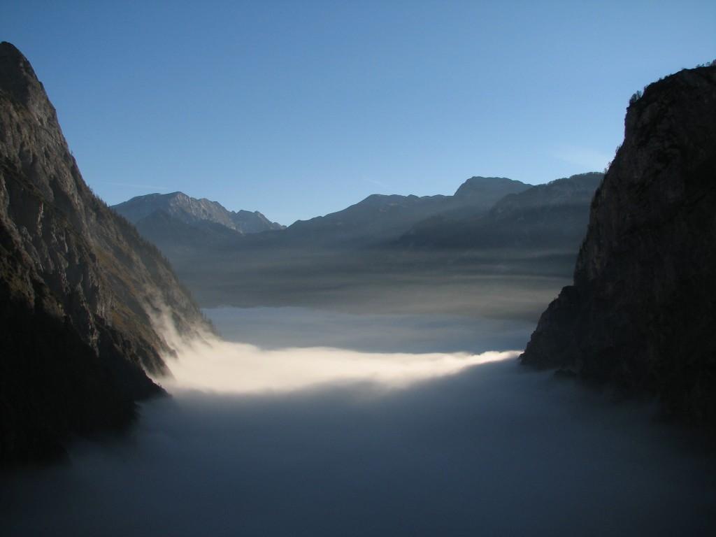 Fal aljáról visszanézve, a tó és StBartholome a köd alatt