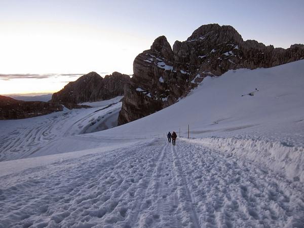 Lefelé a hegyről a ratrak nyomon a felvonóhoz
