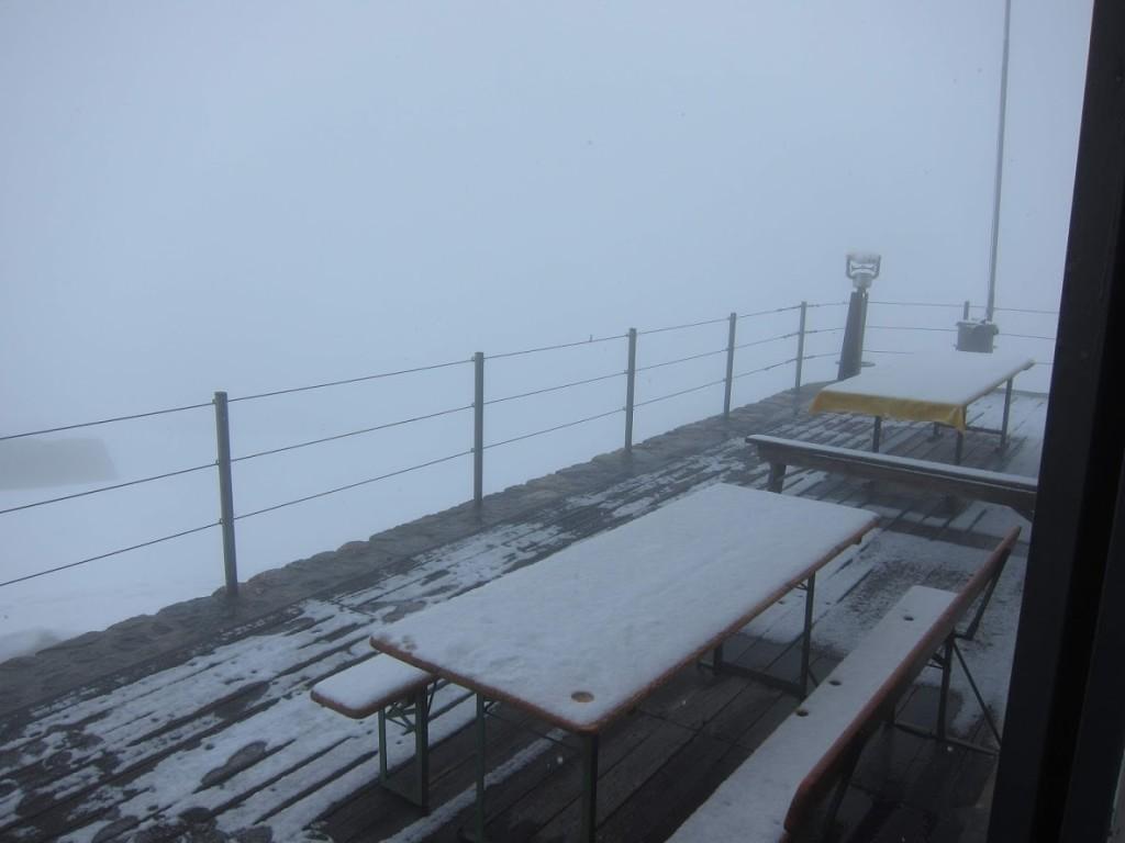 másnap reggel. havazás és köd.