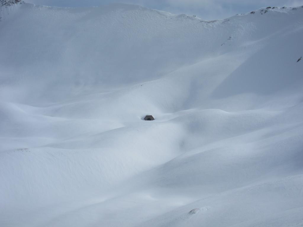 Alagút, télen használhatatlan, nyáron földút vezet ide.